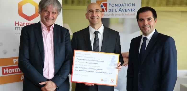 remise du prix Harmonie Mutuelle Alzheimer au Professeur Denys Fontaine par Dominique Letourneau et Stéphane Junique